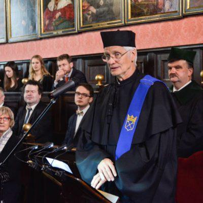 Tłumaczenie symultaniczne podczas uroczystości nadania tytułu doktora honoris causa UJ Profesorowi Hansowi-Rudolfowi Tinnebergowi